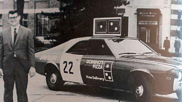 """Chiếc xe giao hàng chính thức đầu tiên của Domino's """"Javelin"""" được giao cho Tom Monaghan vào năm 1969."""