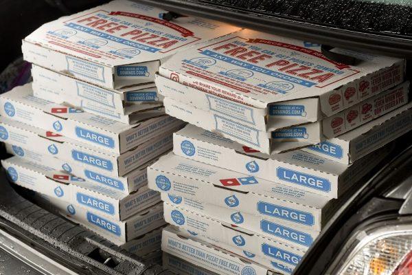 Những chiếc hộp có nếp gấp có lỗ của Domino's Pizza.